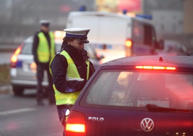 Wielu kierowców zapomina o kilku podstawowych przepisach. W ten sposób nie tylko narażają się na mandat w wysokości nawet do 500 zł, ale również stwarzają zagrożenie na drodze. Zobacz 10 najczęściej zapominanych przepisów drogowych!Przejdź do kolejnego slajdu --->