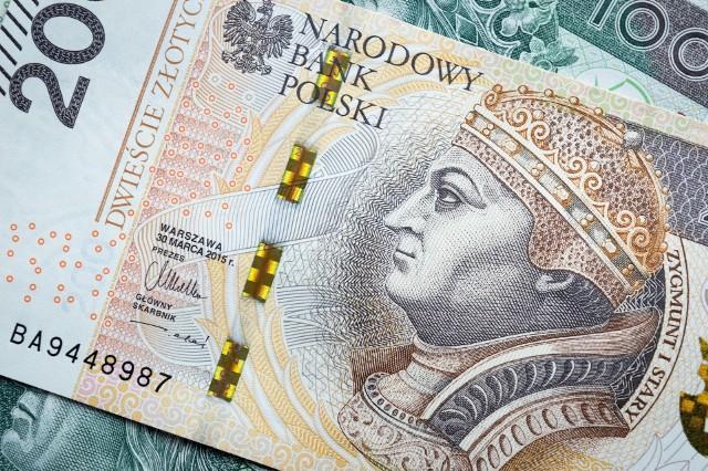 """Rząd podjął już decyzję. 3010 złotych brutto - tyle wyniesie pensja minimalna od 2022 roku. Ile dostaniesz na rękę przy założeniu, że wprowadzone zostaną zmiany podatkowe w ramach programu """"Nowy Ład""""? Wyliczenia netto dla najniższej pensji oraz dla przykładowych wyższych wynagrodzeń zamieszczamy w galerii ▶▶"""