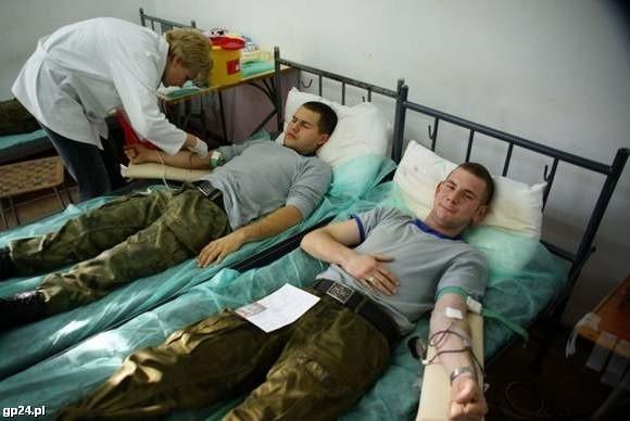 Marynarze oddają krew.
