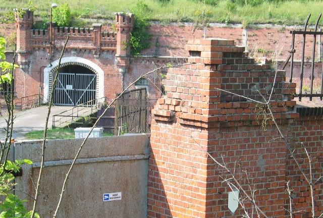 Twierdza Toruń doczekała się wreszcie muzeum. Aby to uczcić przygotowaliśmy dla Państwa przewodnik po wszystkich toruńskich fortach oraz niektórych obiektach dodatkowych. Nie do wszystkich można wejść, jednak można je obejrzeć przynajmniej na zdjęciach - postaraliśmy się o to. W galerii znajdziecie Państwo takie rarytasy, jak chociażby zdjęcia z wnętrza wieży na moście kolejowym, widoki z punktów obserwacyjnych Twierdzy Toruń, czy pozostałości toruńskiej wieży spadochronowej.Korzystaliśmy przy tym ze Społecznego Raportu na Temat Stanu Twierdzy Toruń wydanego w 2016 roku przez toruński oddział Towarzystwa Opieki nad Zabytkami.ZOBACZ KOLEJNE ZDJĘCIA >>>>