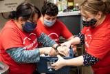Wolontariusze Banku Pekao mimo pandemii niosą pomoc lokalnym społecznościom