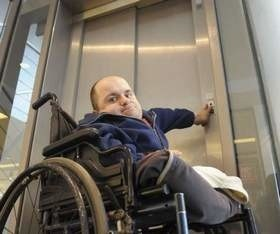 Nie działa winda w Solarisie. Niepełnosprawni mają problem, by dostać się do kina Helios.