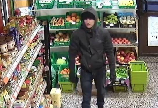 Trwają poszukiwania młodego mężczyzny, który pod koniec stycznia napadł na zakład krawiecki w Dąbrowie Górniczej.