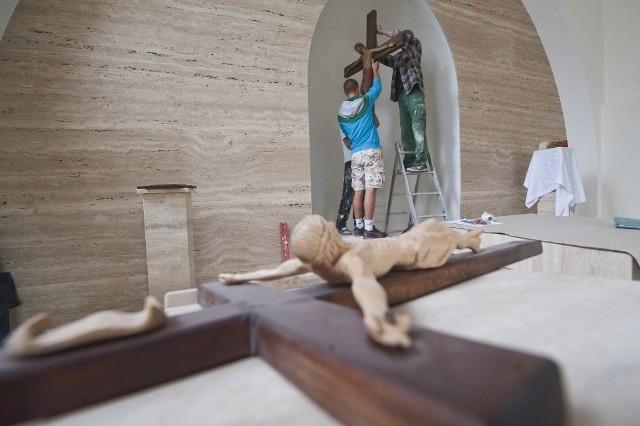 W czwartek trwały ostatnie prace w kaplicy, którą w sobotę uroczyście konsekruje biskup Edward Dajczak. Między innymi w głównej wnęce zawisł krzyż z Chrystusem, który dla koszalińskiego Domu Miłosierdzia ofiarowały zakonnice z Francji.