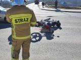Wola Filipowska. Zderzenie kierowcy motoroweru z pojazdem osobowym na krajówce. Motorowerzysta trafił do szpitala