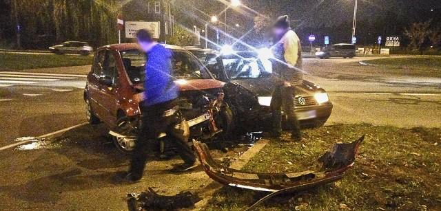 Do kraksy doszło w niedzielę (6 listopada) wieczorem na Wyszyńskiego w Gorzowie. Zderzyły się volkswagen i renault.Sprawcą zderzenia jest kierujący renault modusem. Nie ustąpił pierwszeństwa jadącemu po rondzie kierowcy volkswagena bora. Na miejsce przyjechała gorzowska drogówka. Mimo bardzo mocnych uszkodzeń samochodów na szczęście nikomu nic się nie stało. Zdarzenie zostało zaliczone jako kolizja.