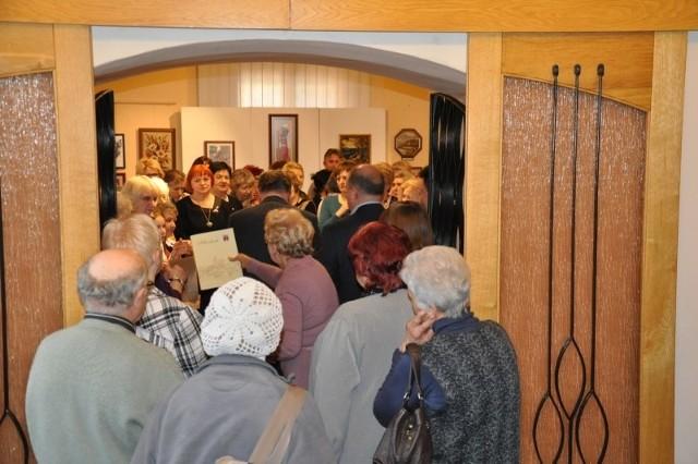 """Wystawę """"Sercem malowane - twórcze pasje kobiet """" można oglądać w Muzeum im. Jana Dzierżona w Kluczborku do końca marca."""