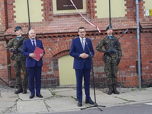 Odsłonięcie tablicy poświęconej Lechowi Kaczyńskiemu we Wrocławiu 27.08.2021
