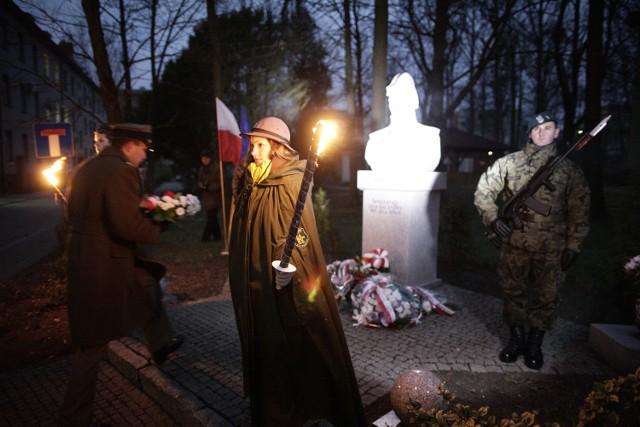 Po apelu poległych i salwie honorowej delegacje żołnierzy, władz wojewódzkich, instytucji i opolskich środowisk kombatanckich złożyły pod pomnikiem wieńce i wiązanki kwiatów.