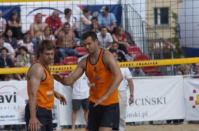 Główny organizator turnieju, Damian Lisiecki, w parze z Dominikiem Witczakiem (z prawej) dwukrotnie stawali na podium MP w siatkówce plażowej