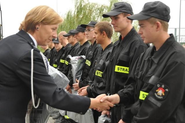 Raisa Rajecka, wójt gminy Bielsk Podlaski podziekowała strażakom z Hołod i każdemu z osobna wręczyła upominki