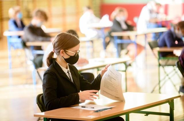 Egzamin ósmoklasisty z języka polskiego w 2021 roku ma być łatwiejszy niż w latach ubiegłych. Wymagania obniżono z powodu nauki zdalnej, która trwała od 26 października 2020. Uczniowie klas IV-VIII wrócili do szkół dopiero 17 maja 2021 w trybie hybrydowym