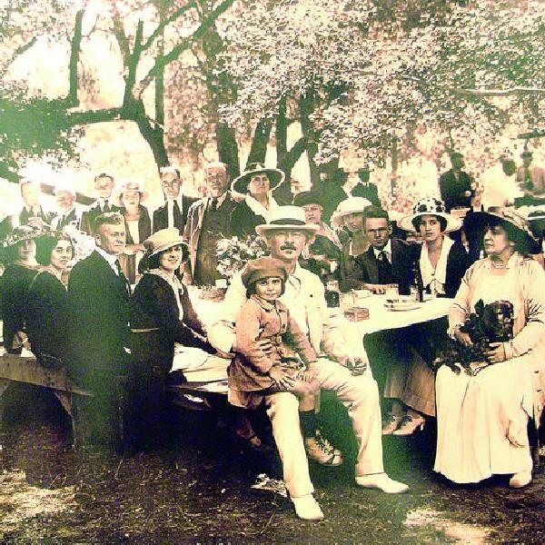 Jedno ze zdjęć, pokazanych na wystawie - jak widać Paderewski znajdował też czas na biesiady w gronie bliskich.