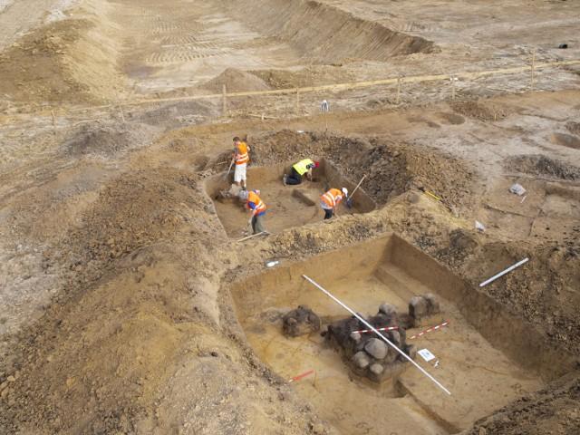 Na pierwszym planie kamienie z sauny sprzed wieków
