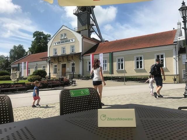 Kryzys wywołany pandemią dotknął wszystkie branże także turystyczną. Zwiedzających jest w Wieliczce bardzo mało. Liczne wielickie hotele świecą pustkami. Traci branża gastronomiczna i wszyscy którzy zarabiali na turystach