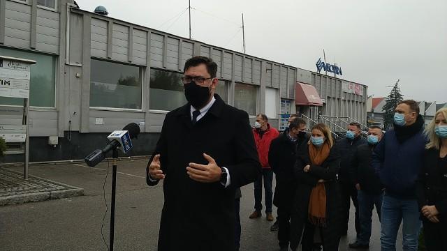 W piątek, 6 listopada, przed siedzibą Prawa i Sprawiedliwości w Radomiu odbyła się konferencja prasowa z udziałem posła Konrada Frysztaka. Mówił on o dramatycznej sytuacji branży gastronomicznej w związku z wprowadzeniem obostrzeń.