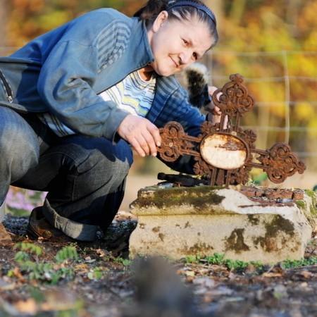Tuż przed Świętem Zmarłych Teresa Kamienik codziennie przychodziła i dbała o nagrobki niemieckich dzieci.