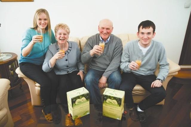 """""""Podlaski Sad"""" - produkcja soków sposobem na biznesW Polsce jeszcze takie naturalne soki tłoczone przez sadowników są produktem nowym, nieznanym – mówi Robert Backiel (drugi z prawej). – W Niemczech czy Japonii są one popularne."""