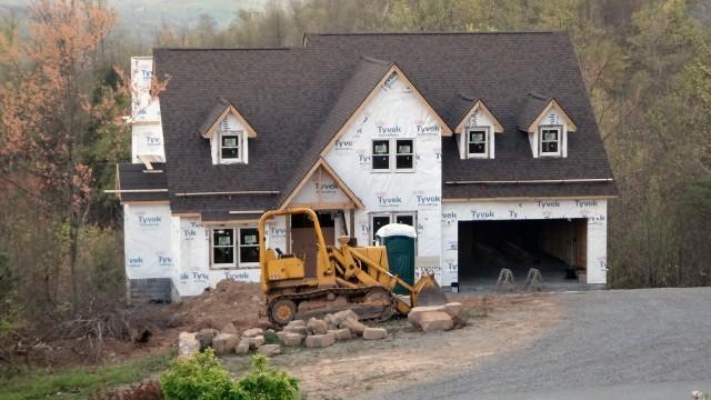 """dom-w-budowieWybrany projekt powinien maksymalnie trafiać w nasze upodobania, a zmiany w nim wprowadzone powinny ograniczać się jedynie do """"kosmetycznych"""" poprawek."""