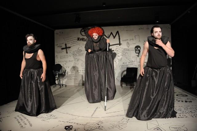 """""""Shakespeare"""" to sztuka zagrana w szalonym tempie. Na scenie zobaczymy (od lewej) Piotra Szekowskiego, Agnieszkę Makowską i Bernarda Banię."""