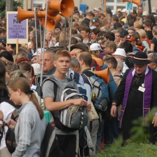 Każdego roku tysiące mieszkańców Opolszczyzny uczestniczy w pielgrzymce na Jasną Górę.