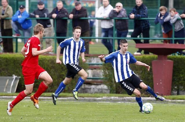 Piłkarze Energetyka Gryfino (stroje w paski) już na pewno żegnają się z III ligą.