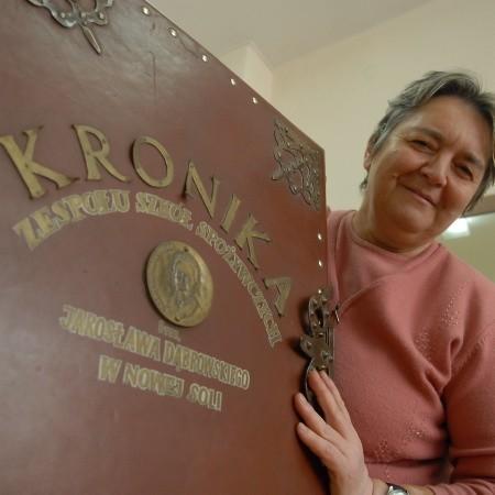 Walerianna Fiodorowicz jest zachwycona wielką kroniką szkoły. - To wspaniałe wspomnienia - mówi o księdze.