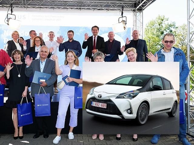 Karol Górski, wójt gminy Ropa (drugi z lewej w pierwszym rzędzie) wygrał samochód w loterii Narodowego Spisu Powszechnego