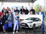 Wójt Ropy Karol Górski wygrał toyotę w Loterii Spisowej. Do pracy chętnie jednak nadal chodzi pieszo