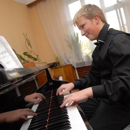 Mariusz Wasilewski gra program obowiązkowy w jednej z sal Szkoły Muzycznej I i II stopnia, organizatora konkurs.