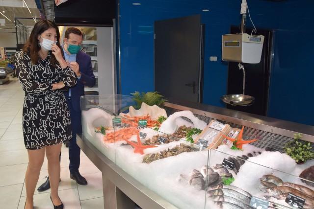 Angelika i Thomas Renardowie, właściciele radomskiego marketu E.Leclerc zachęcają do kupna ryb z bardzo bogatej oferty, w tym świeżych karpi na stoisku rybnym.