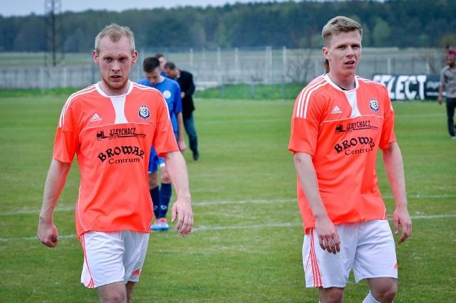 Daniel Sroka (z lewej) i Kamil Mańkowski nie zdołali wraz z kolegami z Piotrówki utrzymać zespołu w III lidze.