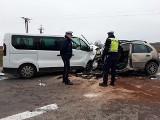 Wypadek na DW 653. Trasa Suwałki - Bakałarzewo zablokowana. Citroen czoło zderzył się z renault