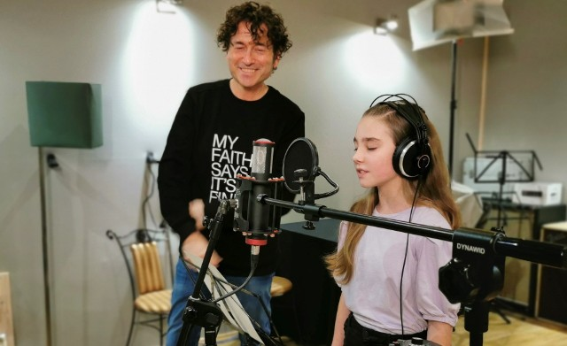 10-letnia Tosia z Cieszyna nagrała piosenkę pod okiem Piotra Rubika