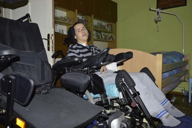 Paweł dostał specjalistyczny wózek inwalidzki. To bardzo ważny element jego dalszej rehabilitacji.