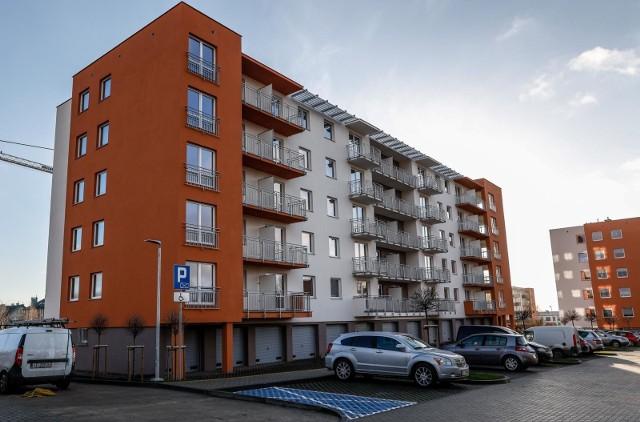 Mieszkania nowe, jak i na rynku wtórnym sprzedają się dość dobrze. Ceny metra kwadratowego nowych mieszkań kształtują się od ponad 6 tysięcy w Łodzi do ponad 10 tysięcy w Warszawie.SZCZEGÓŁY NA KOLEJNYCH STRONACH >>>>