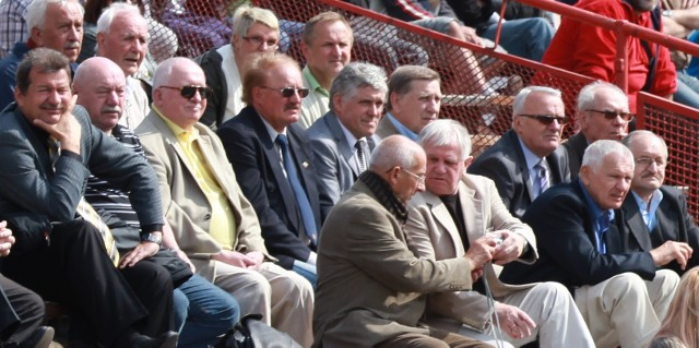 Foto z obchodów 50-lecia awansu Startu do II ligi. W dolnym rzędzie siedzą od prawej: Józef Maranda, Paweł Kuś, Bogdan Charbicki, Bohdan Szewiałło.