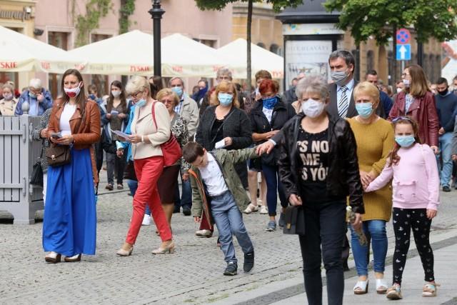 We wtorek, 21 lipca zaczęły obowiązywać kolejne poluzowania ograniczeń związanych z koronawirusem. Zmniejszył się między innymi dystans społeczny. Co jeszcze się zmieniło? Sprawdź------>
