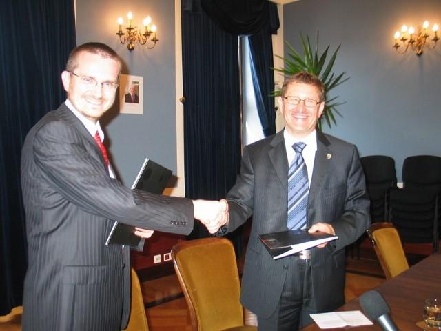 Wiceprezes Paweł Prokop podpisał umowę z prezydentem Janem Zubowskim. Za rok internetowy system załatwiania spraw urzędowych ma ruszyć.