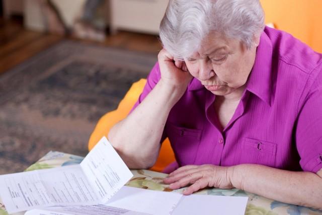 """Wcześniejsi emeryci oraz renciści powinni pamiętać, aby do końca lutego dostarczyć do ZUS zaświadczenia o przychodach osiągniętych w minionym roku. Dotyczy to zarówno przychodu z umowy o pracę, umowy zlecenia, umowy o dzieło, a także z tytułu pełnienia funkcji członka rady nadzorczej, czy też z tytułu służby w tzw. """"mundurówce""""."""