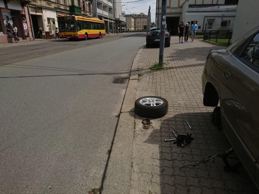 Łodzianin zniszczył oponę na tym odcinku ulicy Legionów. Najechał na wystające z ziemi pręty po sygnalizatorze