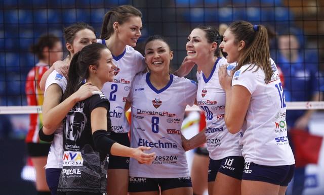 Urocza reprezentantka Bułgarii, Petya Barakova (w środku) zagrała w Developresie jeden sezon 2017-18 zdobywając z rzeszowską drużyną brązowy medal Ligi Siatkówki Kobiet. W poprzednim sezonie była zawodniczką Volero Le Cannet