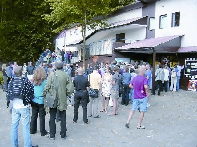 Kinomani przed kinem Świteź. Bilet na seans kosztował jedyne 5 zł.