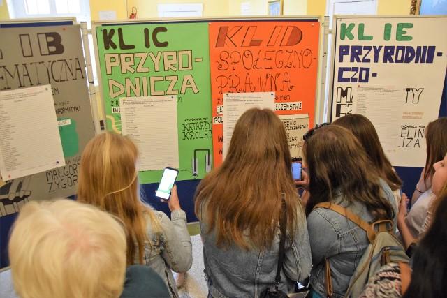 Migawka z II LO w Inowrocławiu. Podania do klas pierwszych złożyło tam 246 uczniów podstawówek. Przyjęto 160 osób