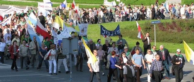 Weseli, uśmiechnięci, ze śpiewem na ustach - ponad tysiąc osób przeszło ulicami Gorzowa (na zdjęciu na rondzie Górczyńskim) w IV Marszu trzeźwości.