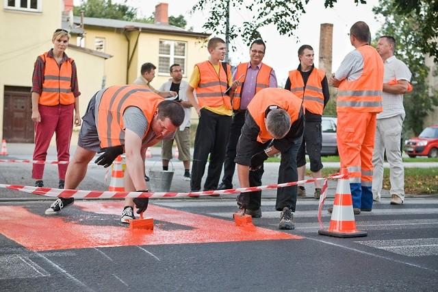 Czyn społeczny w Słupsku. Rowerzyści malują przejazdy rowerowe w mieście.