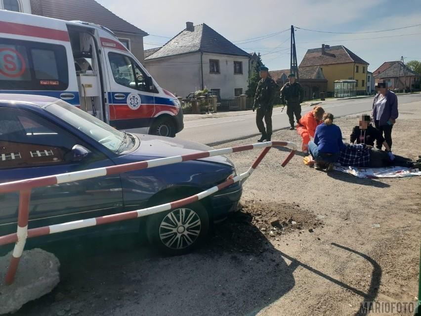 Wypadek w Złotnikach. Opel wjechał w barierki przy szkole