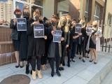 Czarny protest przed komenda policji w Stalowej Woli