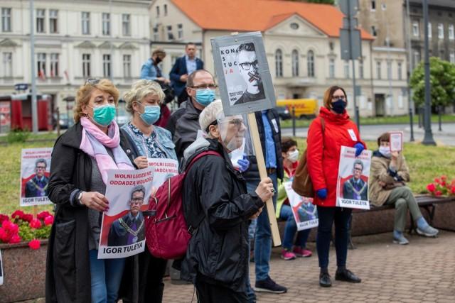 Bydgoszczanie uczestniczyli w pikiecie, by wspierać sędziego Igora Tuleyę, który za obronę niezawisłości i wolności sądów ma obecnie kilka spraw dyscyplinarnych.
