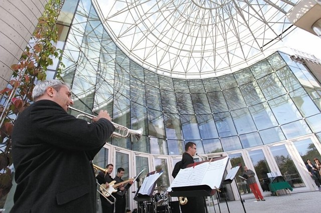 Melomani chcą słuchać w nowej operze także orkiestry i chóru. Jednak muzycy się nie zgadzają, bo w budynku jest kiepska akustyka.